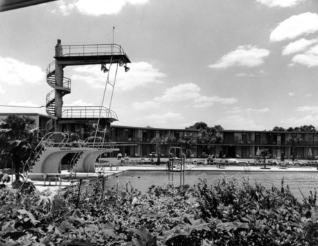 Pool at Shamrock Hotel with high dives.(Houston Public Library/Hou.Phtotgraphic Collection)