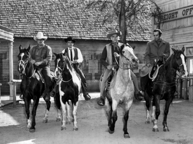 4 men riding horses. 1959 TV series Bonanza. Cast: dan Blocker, Michael LAndon, Loren Greene, Pernell ROberts . NBC (USPD. pub. photo, artist life, pub.date/Commons.wikimedia.org)