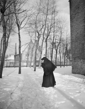 Woman. Nun in snowy scene. (Willem van de Poll/Dutch Nationalk Archives/USPD. released, artist life, pub.date/Commons.wikimedia.org)