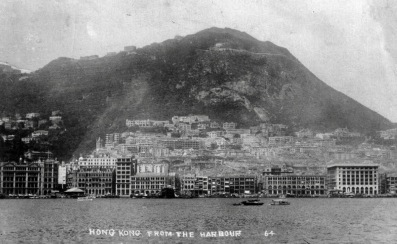Postcard of Waterfront. 1928 Hong Kong from the harbour (released to PD Law of Hong Kong/pub.date, artist life/Commons.wikimedia.org)