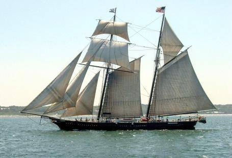 Sailboat. Square topsail schooner Shenandoah sailing in NAntucket Sound 2005. Sails, no motor (Leggett/Commons.wikimedia.org)