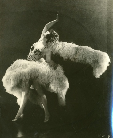 Woman posed with feather boa. 1924 slient film actress Betty Compson. Sayre Collection of Theatrical Photo. UW (USPD. pub.date, artist life/Commons.wikimedia.org)