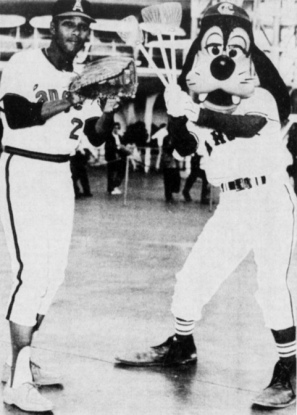 GOOFY and Vada Pinson ready to play baseball in 1972 (USPD. pub.date, no cr/Commons.wikimedia.org