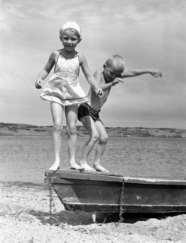two children on boat at beach. 1948 by Frank Royal/Nat. Archives of Canada/Flickr/USPD.pub.date, artist life/COmmons.wikimedia.org)