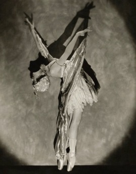 Dramatic woman dancing. Buterfly dance, 1923. Cover of Vanity Fair by Nickolas Muray. (USPD. pub.date, artist life/Commons.wikimedia.org)