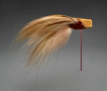 Cocktail hat 1959-67 bird of paradise feathers and silk taffeta Halston for Bergorf Goodman (Rienzi colletion/MFAH/screenshot)