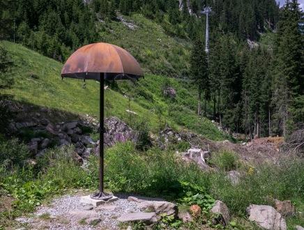 Umbrella free ranging in nature. (sculpture Rihanna, walk of lyrics, Austria/Basotxerri/Commons.wikimedia.org)