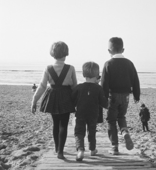 three children walking down boardwalk to beach. 1960 Dutch NAtional Archives (UPD, rights released/Commons.wikimedia.org)