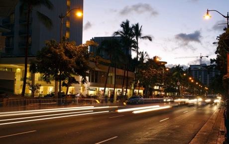 Night street scene. Kalakaua Ave. (Verygreen image/Commons.wikimedia.org)